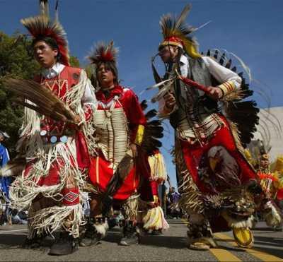 Индейцы оглала танцуют перед туристами
