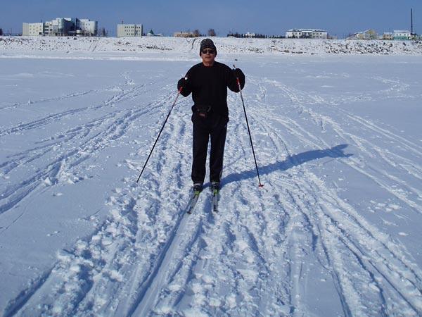 Это лыжник в черном