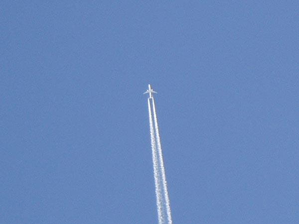 Пролетающий самолет